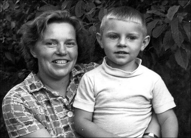 Володя Крутов с мамой.