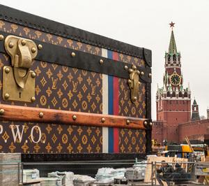 Памятник эпохе: зачем на Красной площади чемодан