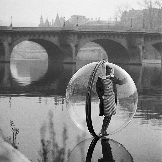 © Мелвин Сокольски. Из серии: «Simone, Bubble, Seine, Paris, 1963».