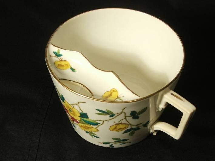 Чашка для мужчин с усами. Назначение внутреннего щитка - в форме усов - над местом откуда пили - защитить усы и воск, который в 19 столетии использовался для укладки моделирования усов, от увлажнения.